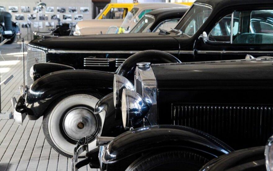 Aleksote smalsuoliai rinkosi apžiūrėti retro automobilių