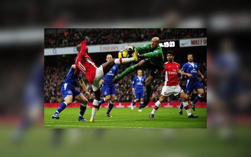 """Williamas Gallas (""""Arsenal"""") kovoja su Timu Howardu (""""Everton"""")"""
