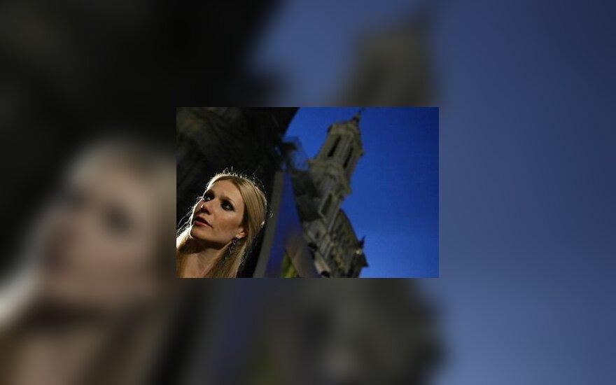 Gwyneth Paltrow lankosi aukštosios mados šou Romoje
