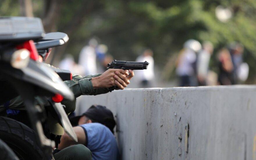 Venesuelos valdžia teigia, kad opozicija užpuolė karinį dalinį