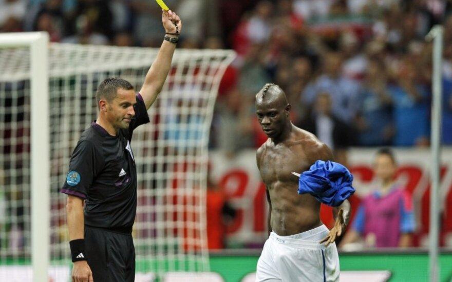 Mario Balotelli baudžiamas geltona kortele