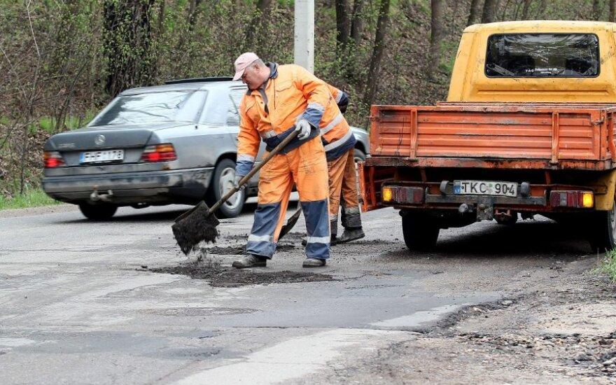 Kaune prie duobių – stendai su sumomis, išleistomis gatvių remontui