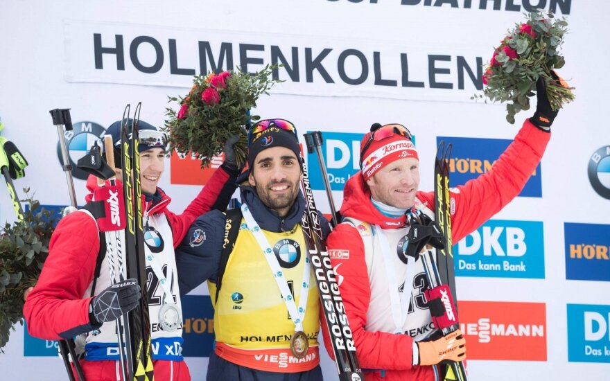 Biatlonininkas prancūzas Martinas Fourcade (viduryje),kairėje latvis Andrejs Rastorgujevs, dešinėje austras Simonas Ederas.