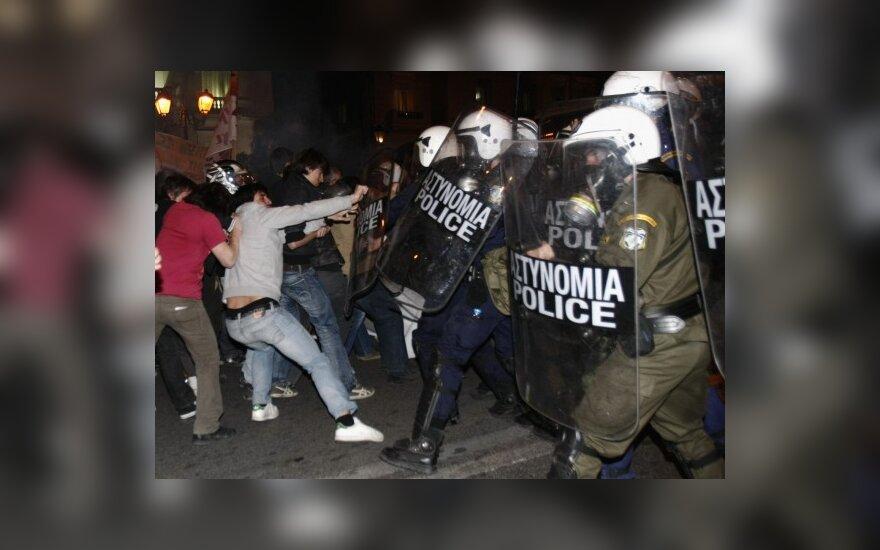Atėnuose policija ašarinėmis dujomis vaikė protestuojančius graikus