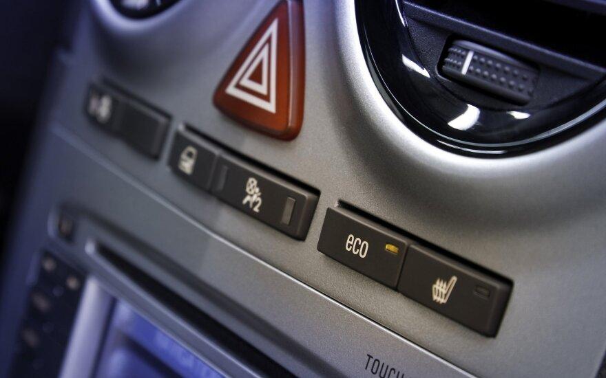 """Bedė pirštu: vairuotojai nemoka naudoti """"avarinio"""": kur ir kada šis signalas reikalingas"""
