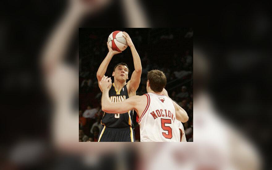 """Šarūnas Jasikevičius (""""Pacers"""") prieš Andresą Nocioni (""""Bulls"""")"""