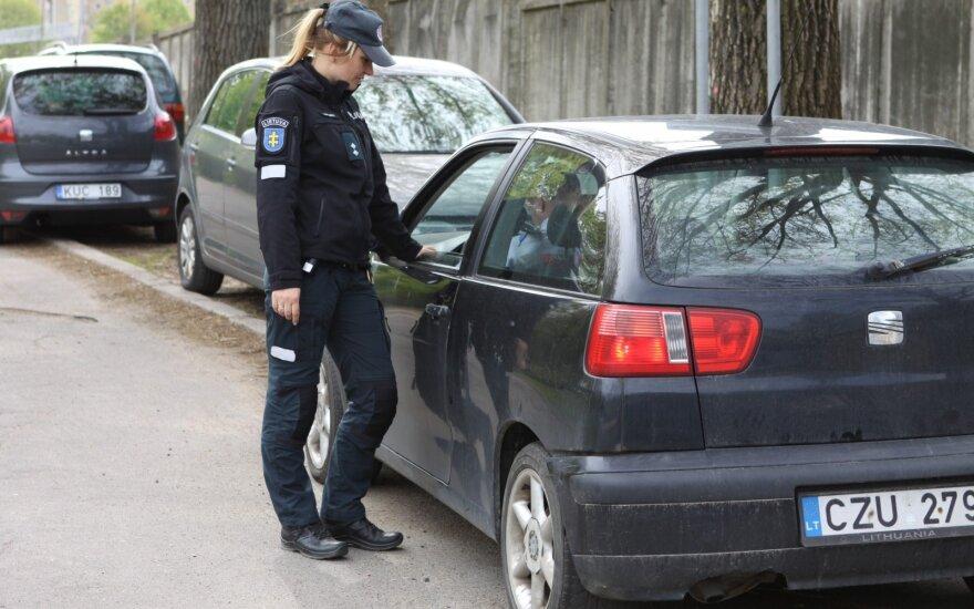 Vilniuje prasidėjo telefonais kalbančių vairuotojų medžioklė, kuri nesibaigs iki rudens