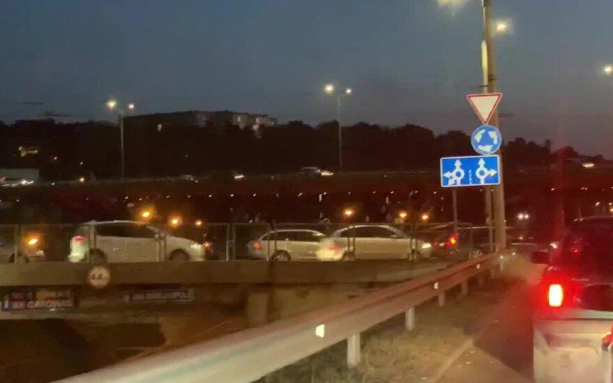 Keturių automobilių avarija Vilniuje sukėlė spūstis