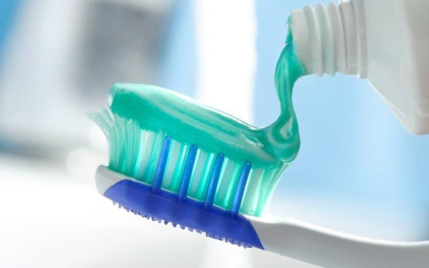 Odontologai kritikams: naudojant saikingai, fluoras labai naudingas