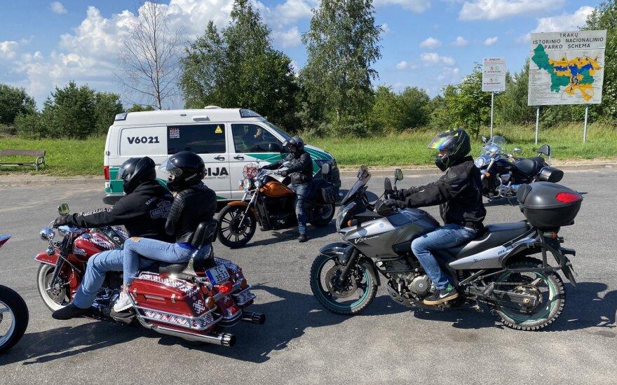 Iš Trakų grįžtančius latvių baikerius ištiko nelaimė: greitoji pagalba į ligoninę išvežė merginą ir vaikiną