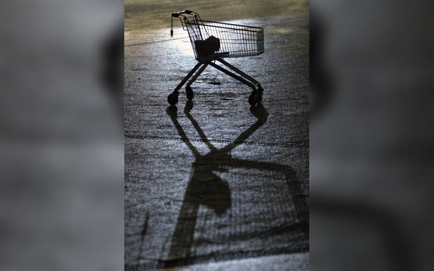 Lede atsispindi prekybos centro vežimėlis