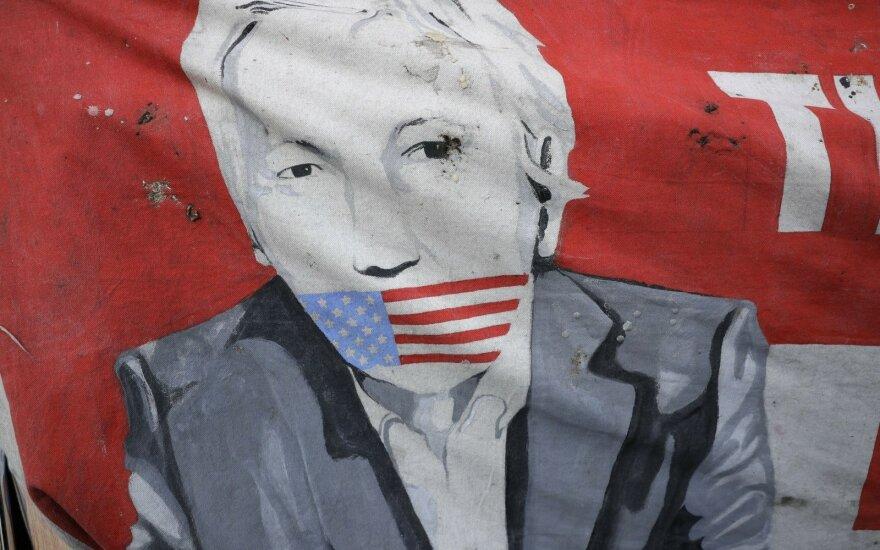 """Pence'as teisina """"sunkiai suprantamą"""" Trumpo poziciją dėl """"WikiLeaks"""""""