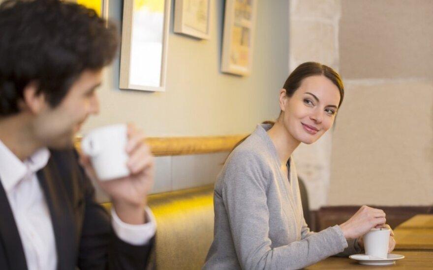 Kodėl vyrams visada atrodo, kad moterys su jais flirtuoja