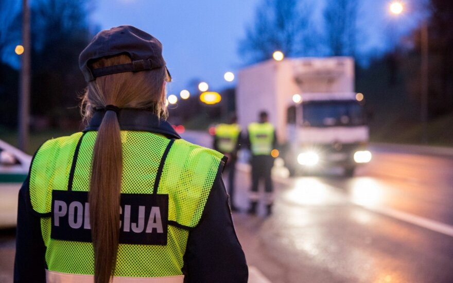 Moteris policijos pareigūnams dėkojo neįprastu būdu