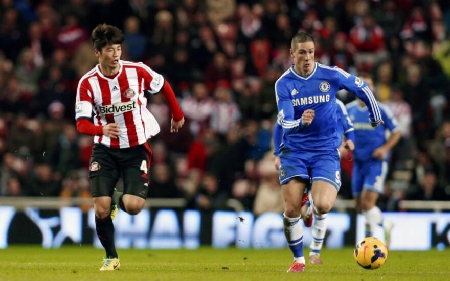 "Ki Sung-Yongas (""Sunderland"") ir Fernando Torresas (""Chelsea"")"
