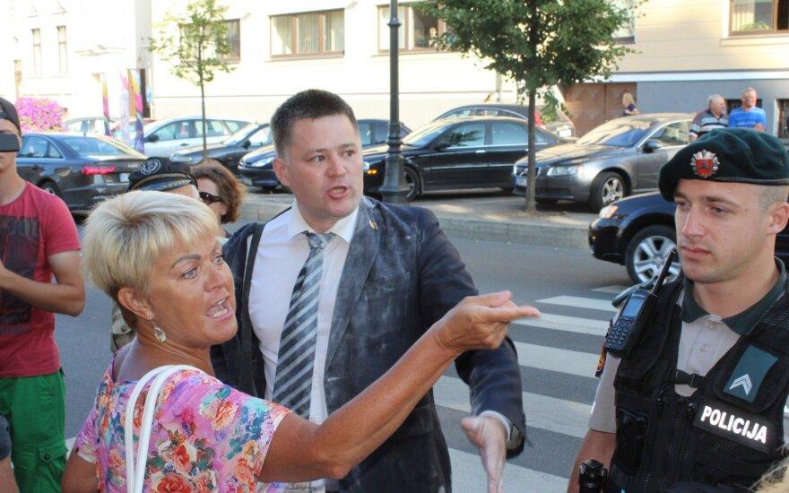 Titovą miltais apipylusiam Klaipėdos tarybos nariui – 15 eurų bauda