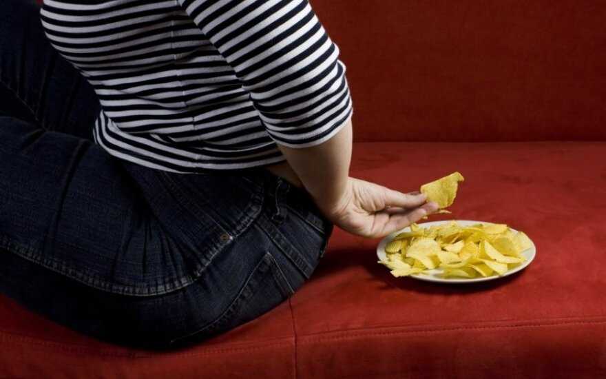 Moteris, kuri kas vakarą surydavo po 15 pakelių traškučių, numetė 38 kg