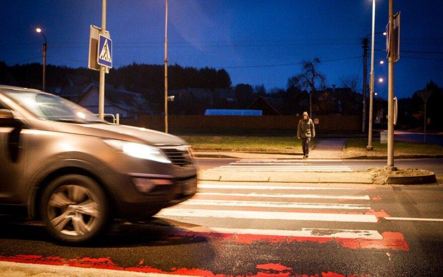 Užjaučia vairuotojus – šiurpą kelia pėstieji be atšvaitų