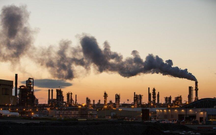 """""""Moodys"""": pigesnė nafta nepaskatins pasaulinio augimo"""