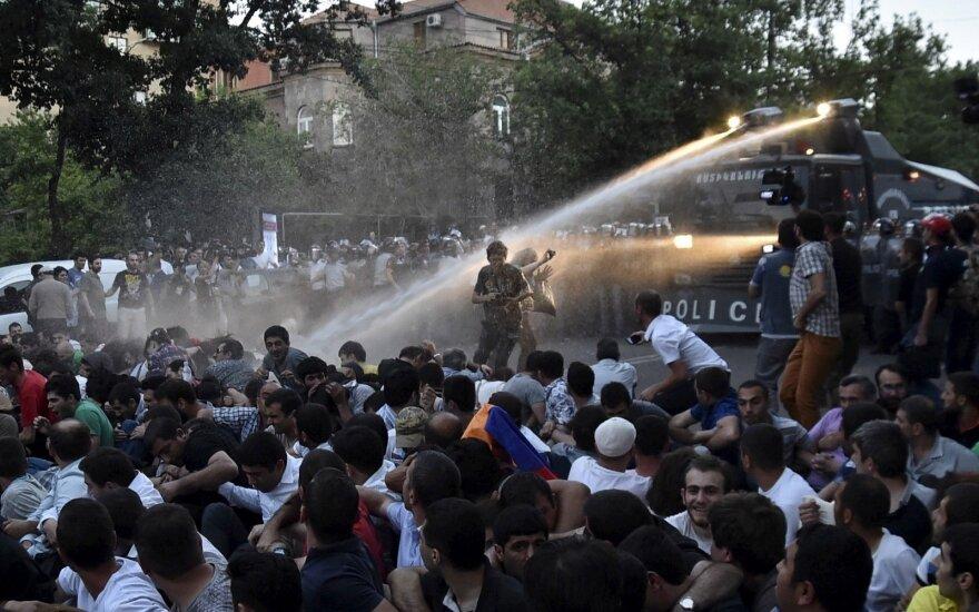 Protestuotojai Jerevane blokuoja pagrindines gatves ir kelius