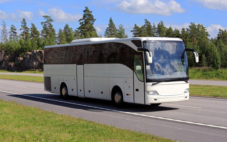 Penki kelionės autobusu privalumai, kurių nepatirsite skrisdami lėktuvu