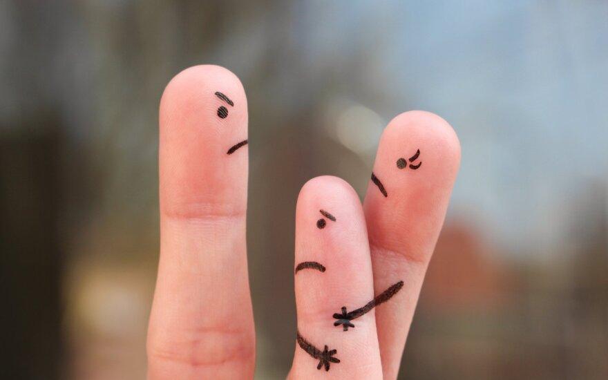 Per skyrybas užvirusį pyktį nukreipia į vaikus – draudžia bendrauti su kitu tėvu ir jo artimaisiais: kaip išspręsti skaudžią problemą?
