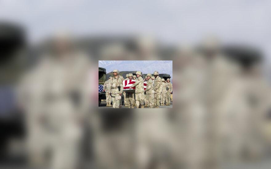 JAV kareiviai neša karstą su kareivio palaikais, karas Irake