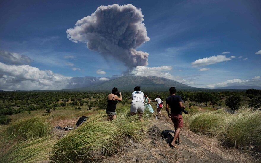 Vėl išsiveržęs Balio ugnikalnis spjaudosi pelenais