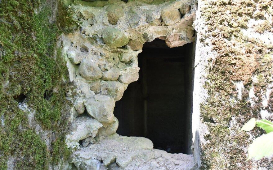 Paslaptimis apipinta mažai kam žinoma Lietuvos vieta: gamta atkakliai stengiasi praryti betoninį svetimkūnį