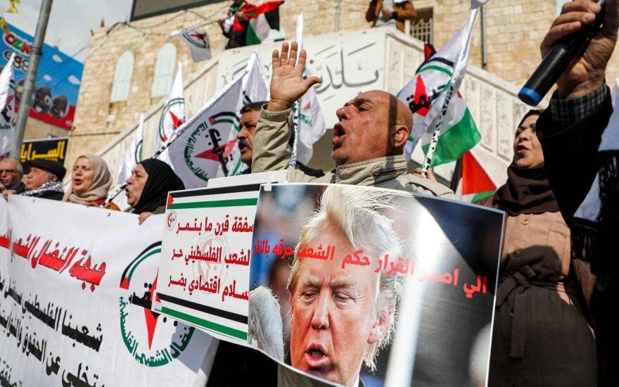 """Palestiniečiai protestuoja prieš D. Trumpo """"Taikos planą"""""""