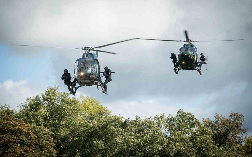 Antiteroristinių pajėgų pasirodymo akimirka Policijos dienos minėjime Vilniuje
