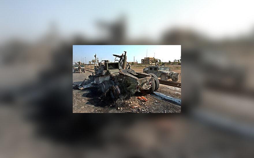 Per išpuolį apgadintas JAV pajėgų automobilis