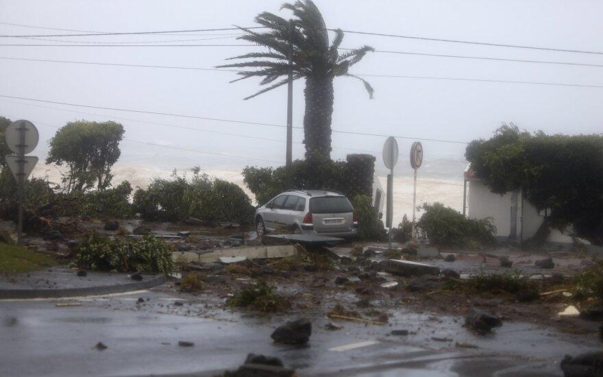 Antros kategorijos uraganas Atlante esančiose Azorų salose vartė medžius ir stulpus