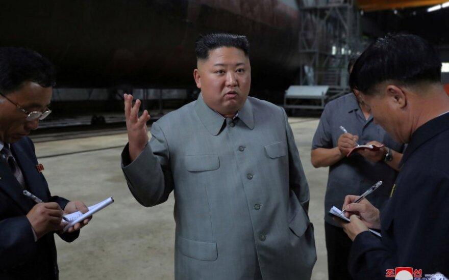 Kim Jong Unas povandeninių laivų gamykloje