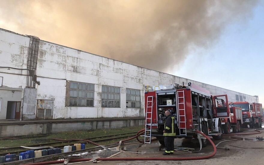 Didžiulis gaisras Alytuje: skelbiama ekstremali padėtis, sprendžiama dėl laikino mokyklų uždarymo