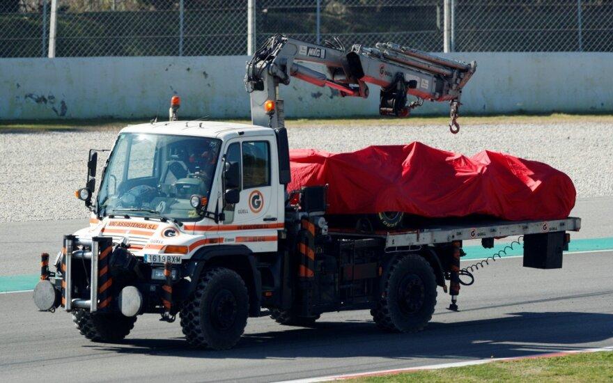 Sebastianas Vettelis Barselonoje pateko į avariją, išvežamas automobilis