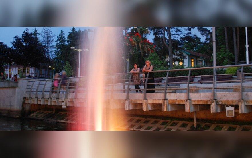 Plaukiojantys spalvoti fontanai Rąžės upėje