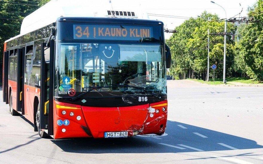 Kaune susidūrė autobusas ir automobilis, du žmonės ligoninėje