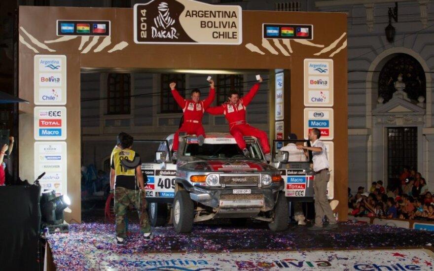 """Antanas Juknevičius ir Vytautas Obolevičius ant podiumo (""""Žalvaris - Dakar"""" komandos nuotr.)"""