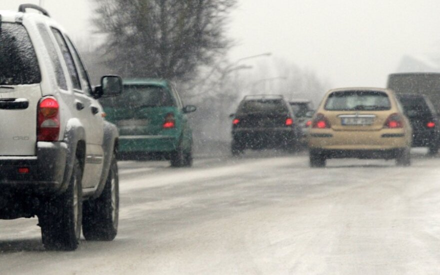 Dėl sniego eismo sąlygos Lietuvoje sudėtingos, keliai valomi ir barstomi