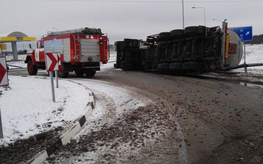 Mažeikių rajone apsivertė sunkvežimis, iš cisternos išsiliejo bitumas