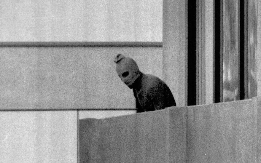 """1972 metų rugsėjo 5 dieną palestiniečių grupuotės """"Juodais rugsėjis"""" nariai užpuolė Izraelio olimpinės rinktinės narius per olimpiadą Miunchene"""