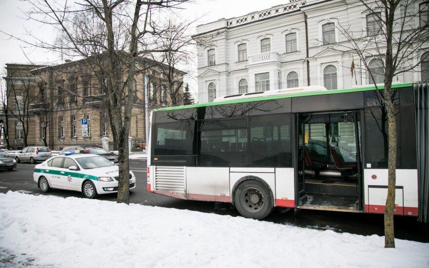 Policija ieško liudininkų, mačiusių, kaip iš autobuso iškrito keleivis
