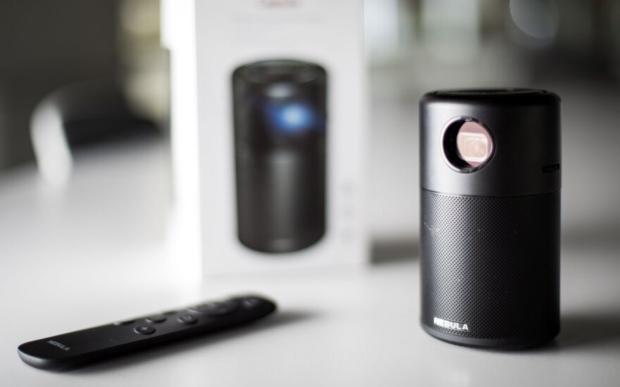 """""""Nebula Capsule"""" apžvalga: ar verta už kišeninį projektorių pakloti virš 400 eurų"""