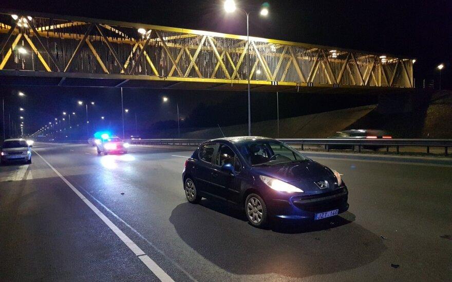 Į Vilniaus vakarinį aplinkkelį išlėkusi moteris išvežta į ligoninę
