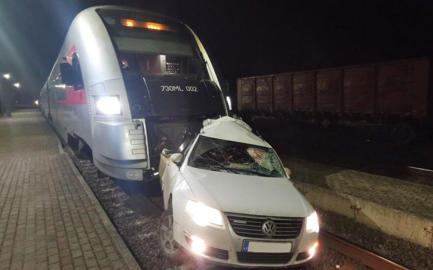 """Kėdainių r. traukinys rėžėsi į automobilį: """"VW Passat"""" ant bėgių paliko girtas vairuotojas"""