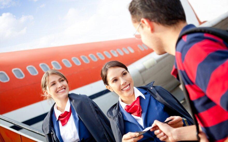 Į ką stiuardai atkreipia dėmesį keleiviams lipant į lėktuvą