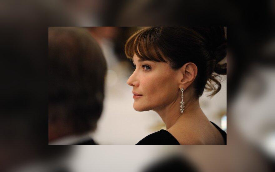 Savo knygoje C.Bruni rašo, kad M.Obamai nepatinka būti pirmąja dama