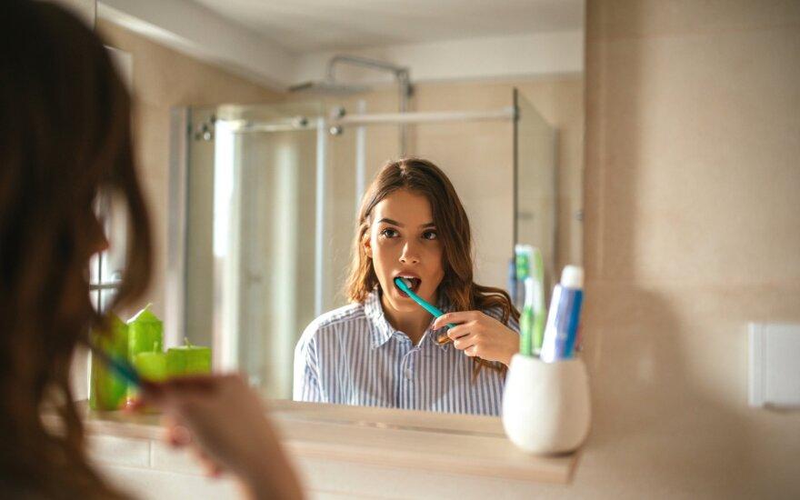 Prieš ar po pusryčių valytis dantis: ekspertai dažniausiai turi vieną atsakymą