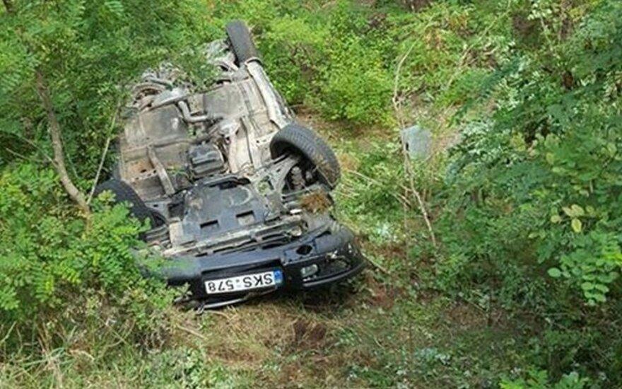 Tragedija Kauno r.: ant stogo apvirto automobilis, du žmonės ligoninėje, vienas žuvo